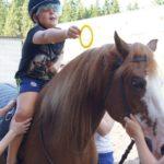 Лошадь лечит ребенка