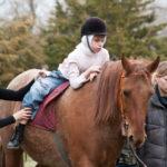 Верховая езда на коне лечит ребенка